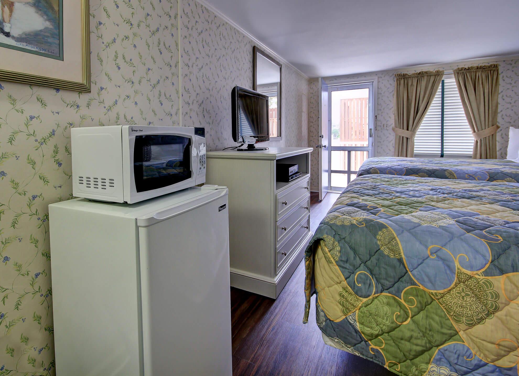 Hotel Bedroom Mini Fridge And Microwave
